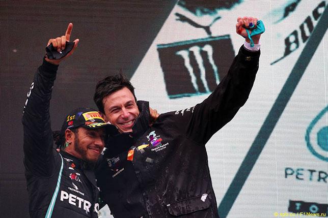 Тото Вольфф и Льюис Хэмилтон на подиуме Гран При Турции