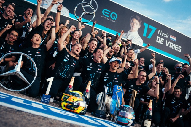 Команда Mercedes EQ Formula E Team празднует победу в чемпионате мира