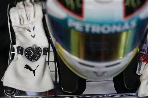 Логотип Puma на перчатках Льюиса Хэмилтона