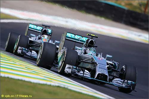 Гонщики Mercedes ведут борьбу на трассе Гран При Бразилии