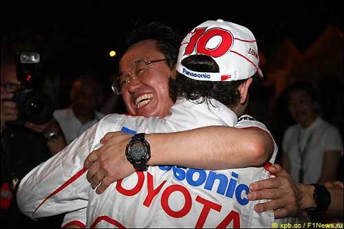 Тадаши Ямашина поздравляет Тимо Глока