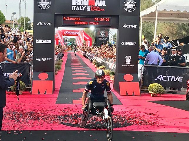 Алекс Дзанарди финиширует в триатлоне Ironman